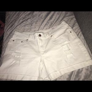 Cute brand new with tages white shorts 💛